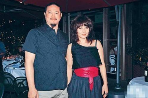 陈子聪与赌王之女何超仪。曾与吴彦祖、尹子维、连凯组成Alive团体,并以此拍摄电影《四大天王》,玩转娱乐圈。 身为赌王女儿的何超仪在香港娱乐圈的打拼也并不顺利。何超仪在2003年与陈子聪成婚,据称当时何鸿�龃笫直矢�了女儿2000万元的嫁妆。结婚之后的陈子聪干脆把自己吃成了一个大胖子。不过据说何超仪对他很严厉,尽管并不在意老公的外形,但绝对要求忠心。