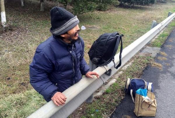 打工男子未赚钱欲徒步回家 高速路上扛行李暴走