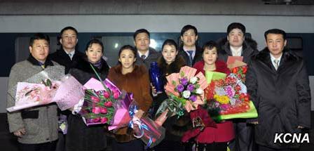"""资料图片:朝鲜杂技演员表演的""""三级回转飞行""""获得""""法兰西共和国总统奖""""。朝中社"""
