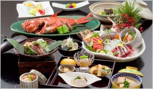 日本农林水产省将依据规范,为运用日外国产食材的日本照料店颁布认证,并发放认证标识,店方可宣扬其是正宗日本照料店。只需有一道运用日外国产食材的操持,便可成为认证目标。