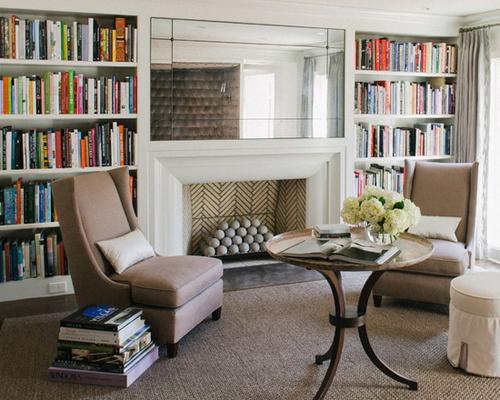 一间打造成了书房的客厅,壁炉上方挂了一面镜子,起到了在视觉上扩容