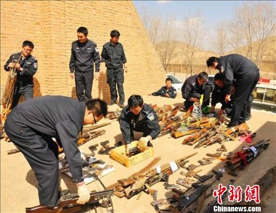 青海果洛警方收缴各类非法枪支57支子弹472发