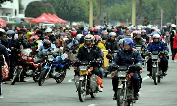 春节来临,摩托车农民工返乡大军再启程
