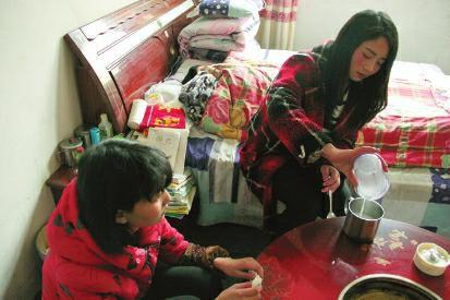 姐姐辞职回家照顾植物人父亲 12岁妹妹辍学帮忙