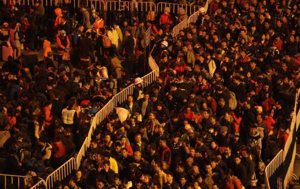2016年2月1日晚上7点左右,广州火车站广场西侧,滞留的乘客开始绕圈进入火车站核心区。受北方雨雪影响,广州站有部分列车出现晚点,广州火车站广场有较多旅客聚集。警方实施交通管制措施,封闭环市路东往西方向车道作为旅客安置点。 东方IC 图