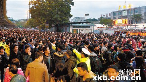 晚点致十万旅客聚集 广州火车站封路安置候车者