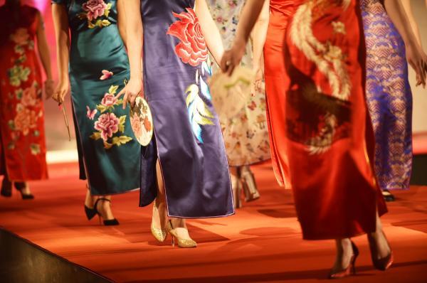 """杭州市政协委员江静建议:""""为展现杭州城市软实力,以实际行动传播中华文化,倡议杭州女性在G20峰会期间穿旗袍,既彰显文化魅力,又能弘扬丝绸文化。"""" 视觉中国 资料图"""