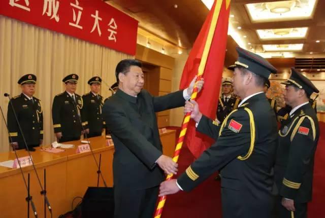 习近平将军旗谨慎授与西部战区司令员赵宗岐 政委朱福熙