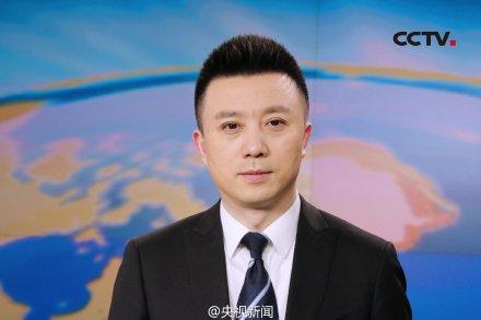 """人民网2月2日电据""""@央视新闻"""",央视新闻主播迎来一位""""新面孔"""",曾在四川人民广播电台、上海卫视、东方卫视任新闻主播的潘涛加盟央视,并于昨晚首次亮相《晚间新闻》主播台。26年的新闻主播生涯中,观众对潘涛的评价是""""德艺双馨"""",他则自我评价""""持重""""。潘涛表示,加入央视是""""忠于初心""""。他说,以往的平台和现在的平台,一个是土壤,一个是阳光,意义同样重要。"""