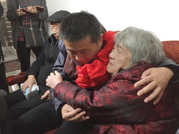 陈满回到分手25年的家中,与爸爸妈妈相拥而泣。磅礴新闻记者 王健 图