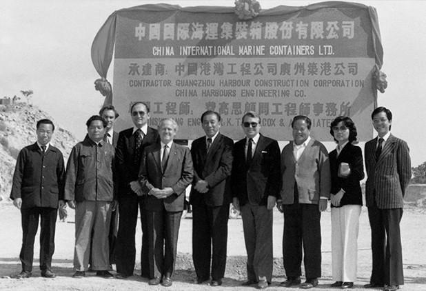 2002年9月21日,《天海倾情》中集人物肖像摄影作品展举办,袁庚参观摄影作品展。