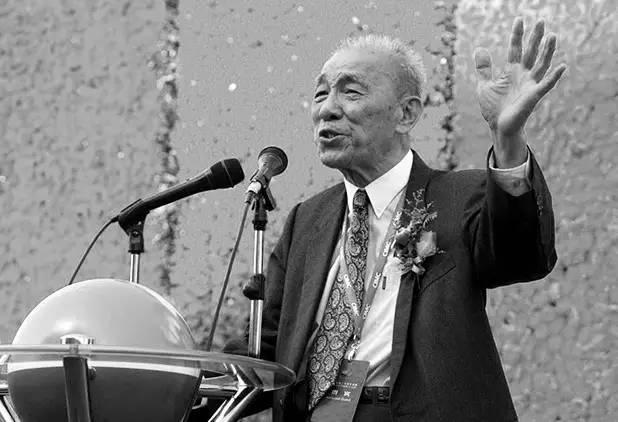 2002年12月16日,袁庚出席中集二十周年庆典暨研发中心落成典礼。