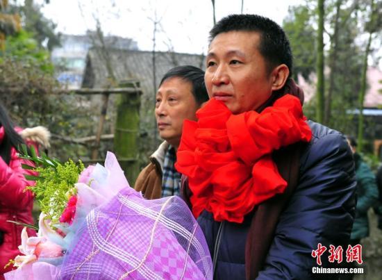 """服刑23年无罪释放的陈满回家:""""妈,我回来了!"""""""