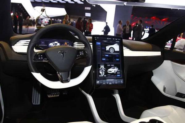1月18日,北汽新绅宝EX200电动SUV车型北京亮相,它是基于刚刚上市的绅宝X25开发而来。外观方面继承了X25的设计风格,加入了北汽一贯的新能源蓝色元素,看起来更加清新漂亮。内饰上新EX200没有做出太大的改变,使用了碳纤维的饰板和运动化的配色。新改的旋钮式换挡杆十分精致,突出了它的科技性。
