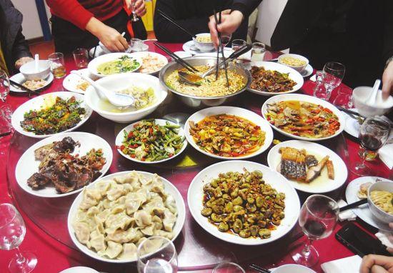 爱语导读:武汉一家餐馆里,因为一个亲戚建议春节团年饭餐费采用aa制图片
