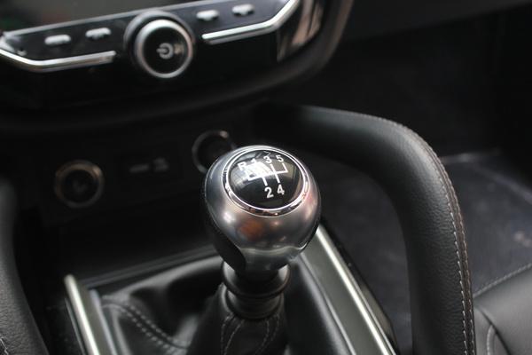 最后,奉上众泰SR7的车钥匙,形状比较独特,融入了一些跑车的风格,质感和颜值都不错。 编辑看法:众泰SR7能满足看脸时代人们对车型外形的需求,低廉的价格也让人触手可及,浓厚的科技感暗合年轻人的购车心理。对于手中资金有限又痴迷SUV的朋友来说,众泰SR7会是一个不错的选择。