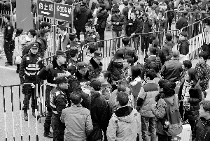 昨日中午1时,广州火车站现场,春运旅客在警方指引下有序进站。信息时报记者 梁钜聪 萧嘉宁 摄