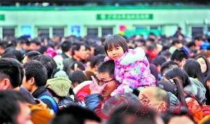 有序进站孩子骑在大人的肩膀上慢慢进站。广州日报记者廖雪明 摄