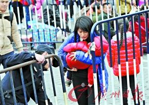 优先入闸工作人员让带宝宝的旅客优先入闸。广州日报记者邱伟荣 摄