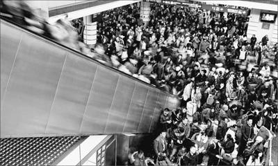 广州车站旅客积压 八趟高铁加开转运(图)