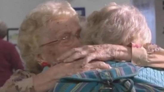 美国96岁老妇苦盼80余年终同82岁女儿团聚(图)