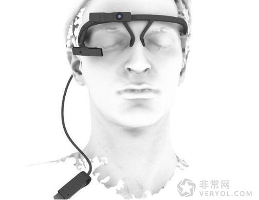 眼球追踪技术已不是什么新鲜词汇,随着该技术的发展,科学家们突发奇想的将其与智能手表联系在了一起,希望可以通过开发眼球追踪软件,让眼球直接控制智能手表<b