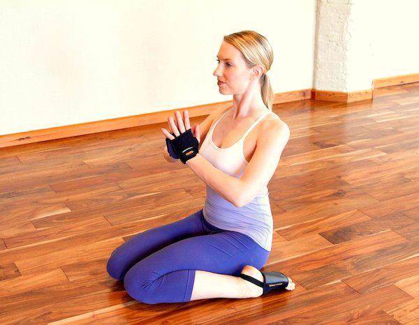 赶紧试试以下这3个瑜伽体式,瘦手臂的捷径哦~ 01 英雄式图片