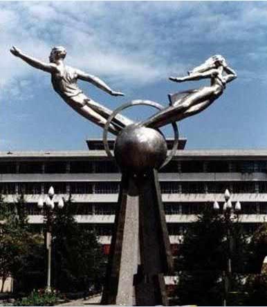 交大拖鞋门_拖鞋门具有八字外形,由七根钢索制成,象征着闽行校区始建于1987年,无