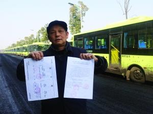 刘明手持多个部分的批阅文件,死后那是搁置在路边的电动公交车