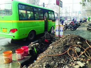 充电桩本来筹算建在公交站台旁