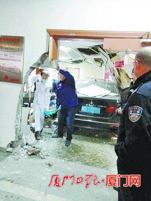 轿车撞破墙和门,全部爬出了办公室。