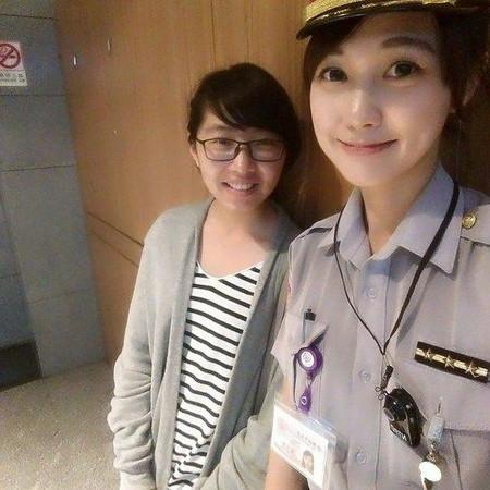 女警察手铐-高挑性感大长腿女警走红 组图