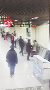 楚天都市报讯 楚天都市报讯 (记者向清顺 通讯员张祖华)一名年轻女子急匆匆进地铁站,却拒绝将背包通过安检设施,面对安检工作人员的劝阻,她竟提着包一路小跑。女安检员在后紧追将其拦住,女子竟抡起左手,扇了女安检员一记耳光。2日早高峰时,这一幕发生在地铁2号线江汉路站,冲动的女子也为此付出拘留三天的代价。