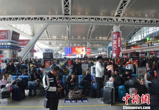 2月4日,广铁迎节前春运客流最高峰。广州南站当日预计发送旅客17.7万人次,首次超过广州火车站。 郭军 摄