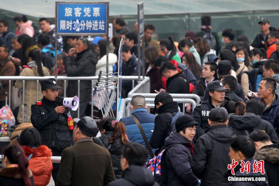 2月4日,大批旅客在南京汽车客运站排队等候进站。随着春节的日益临近,除了人头攒动的火车站外,以中短途为主的公路客运逐渐进入客流高峰。中新社记者 泱波 摄