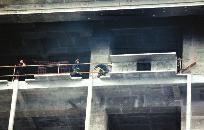 华商报讯(记者 张成龙)昨日,数十名被欠薪的农民工一怒之下在工地上点燃了部分施工材料。
