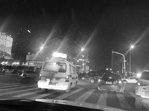 给救护车让道 私家车集体闯红灯(图)