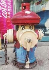 @线索王:见过涂鸦井盖的,没想到这消防栓也能成为创作元素,居然画成了超级玛丽,真是脑洞大开。@Hi都市报