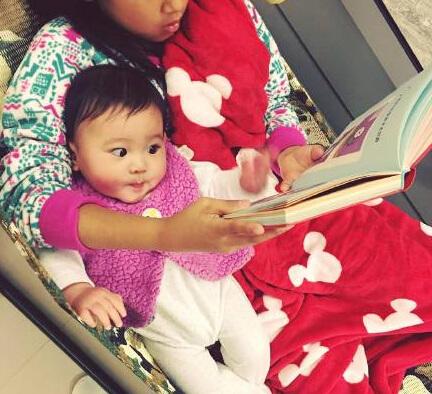 贾静雯小女儿瞪大眼睛看书