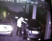 小偷进车库砸碎宝马车窗 只翻副驾没发现后座现金