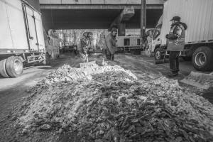 机械化破冰车将大块的积冰清除,环卫工人将剩余的碎冰清理干净-华商晨报掌中沈阳客户端记者马龙丹摄