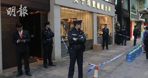 尖沙嘴汉口道发生企图行劫案,警员到场调查。图:香港《明报》网站