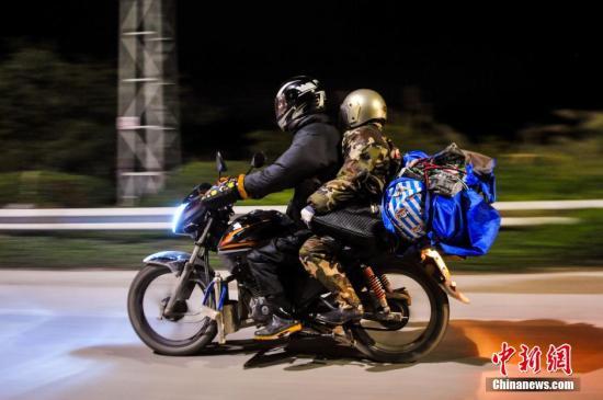男子骑摩托跋涉3400公里安全返乡:路上好人多