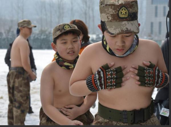 """南京""""鹰爸""""再上演疯狂行动 带14个儿童雪地裸训"""