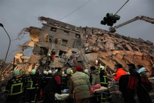 """名为地震中倒塌的维冠金龙大楼被民众质疑为""""豆腐渣"""""""