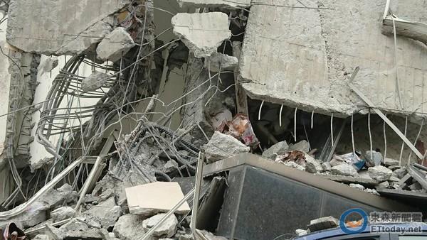 台南永康的维冠大楼,有如豆腐般不堪一击,在倒塌的现场破损梁柱中,清楚可见用色拉油桶当支柱,质疑建商偷工减料。(图/台湾东森新闻陈家祥摄,下同)