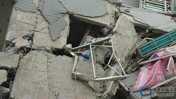 据台湾东森新闻云报道,台湾高雄美浓6日清晨发生规模6.4浅层大地震,台南市传出多栋大楼倾斜、倒塌,并有民众受困。其中位于台南永康的维冠大楼,有如豆腐般不堪一击,在倒塌的现场破损梁柱中,清楚可见用色拉油桶当支柱,质疑建商偷工减料。