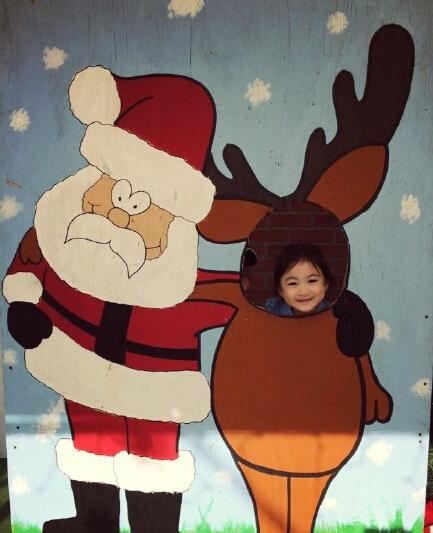 奥莉扮麋鹿和圣诞老人合影