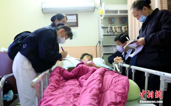 2月6日,台湾高雄发生强烈地震,台南市多人伤亡。图为慈善团体志工在台南成大医院探视伤者。中新社记者 陈悦 摄 视频:台湾南部地震:记者直击维冠大楼废墟内救出幸存者 来源:中国新闻网