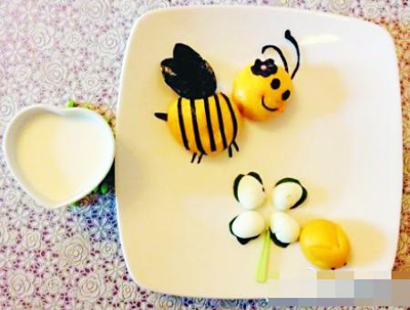 麻麻说:上幼儿园后就不能再做懒熊,而要做辛勤的小蜜蜂.图片